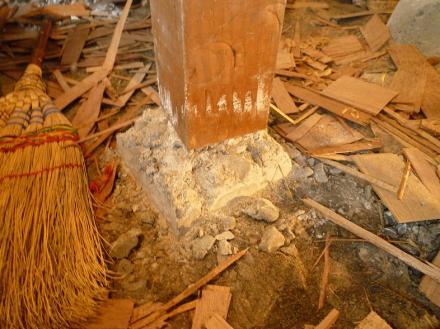 シロアリ被害かは不明ですが束石の交換【やねきハウスのリフォーム】(リフォーム前)