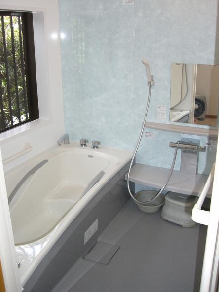 在来の浴室からシステムバス TOTO  浴バリ低床JMシリーズ【やねきハウスのリフォーム】(リフォーム後)